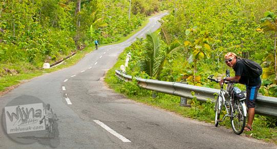 Suasana jalan yang berliku menanjak dan dikelilingi hutan dari Pantai Parangtritis menuju Laut Bekah, Purwosari, Gunungkidul pada tahun 2012
