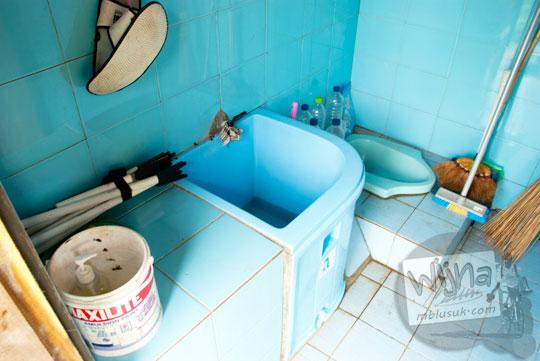 Toilet dan wc umum yang ada di kawasan Pantai Bekah, Purwosari, Gunungkidul pada tahun 2012
