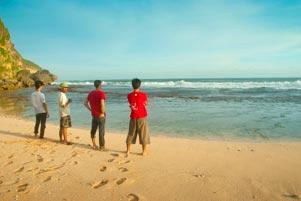 Dari Drini ke Pantai Ngrumput Lewat Watu Bolong