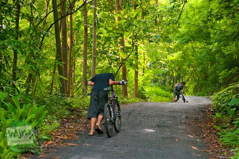 menuntun sepeda karena tidak kuat menanjak lewat Tanjakan Petir – Umbulsari arah ke ngoro-oro Pathuk