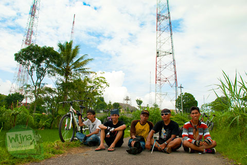 para pesepeda yogyakarta berfoto bareng dengan latar menara pemancar sinyal televisi di desa ngoro-oro patuk gunungkidul