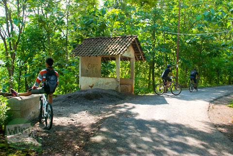 bangunan pos ronda zaman dahulu adat jawa yang ada di pinggir ruas jalan Tanjakan Petir – Umbulsari Piyungan Bantul