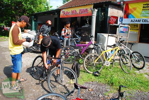 toko kelontong murah di desa srimartani piyungan yogyakarta dipadati pesepeda yang hendak melintasi tanjakan petir