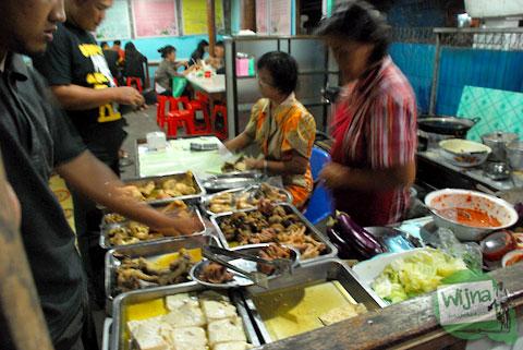 suasana bersantap di rumah makan plecing kangkung baluran di baciro dekat stasiun lempuyangan jogja