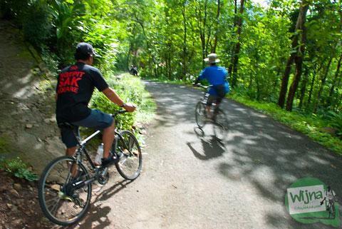 Jalur curam di kawasan Imogiri yang dipasangi rambu sepeda harus turun di Imogiri, Bantul