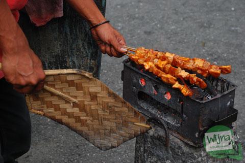 trik cara membakar sate tahu jajanan khas wonosobo agar terasa enak dan kenyal