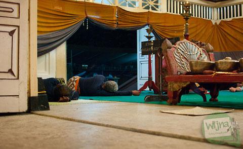 abdi dalem keraton Yogyakarta tertidur saat menjaga gamelan kyai guntur madu pada perayaan Sekaten 2013
