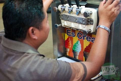 Penjual es krim harga murah di Pasar Malam Sekaten di Alun-Alun Utara Yogyakarta 2013