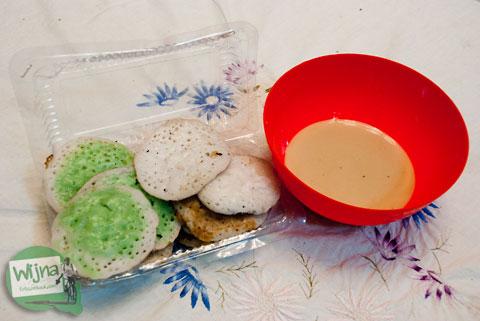 serabi warna-warni berkuah gula coklat manis adalah jajanan tradisional khas dari ambarawa, jawa tengah