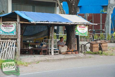 penjual serabi kocor, jajanan khas yogyakarta di kasongan, bantul