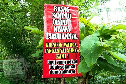 Spanduk peringatan ancaman buang sampah sembarangan dengan kekerasan di Yogyakarta