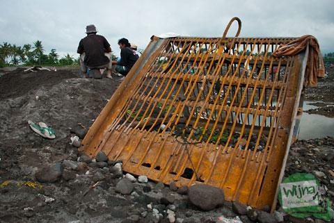 Backhoe dan Truk rusak tertimbun pasir di Kali Gendol Tahun 2013 di Sleman, Yogyakarta
