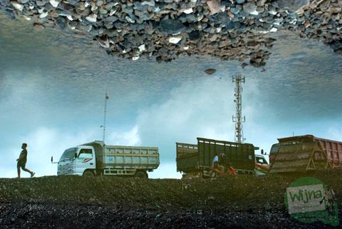 Pantulan air hujan pada truk pasir di Tambang Pasir Kali Gendol Tahun 2013
