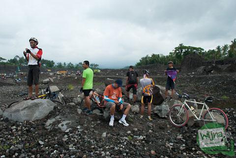 Bersepeda ke Kali Gendol melihat aktivitas penambang pasir liar di tahun 2013