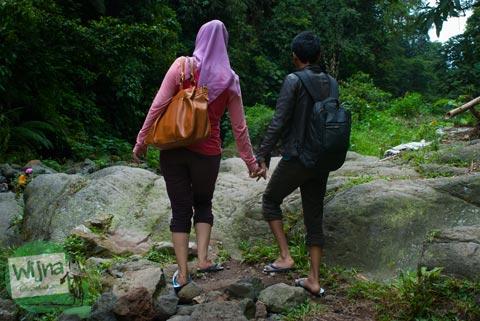 Cowok dan cewek pacaran di kawasan Curug Nangka Bogor