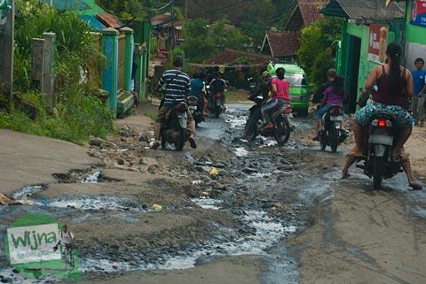 Jalan rusak di Kota Bogor arah ke Curug Nangka