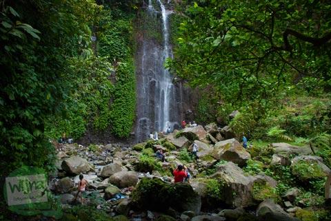 Pemandangan Curug Kaung yang ramai wisatawan di kawasan Curug Nangka di Bogor, Jawa Barat