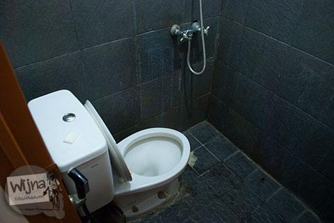 Suasana kamar mandi dan toilet di Pulas Inn Bandung