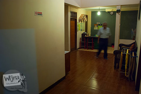 Ruang terbuka untuk tempat berkumpul tamu di Pulas Inn Bandung