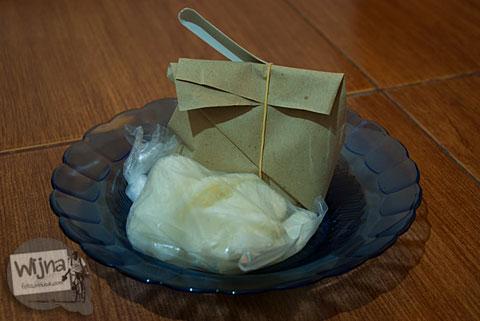 Layanan sarapan gratis di Pulas Inn Bandung berupa nasi bungkus