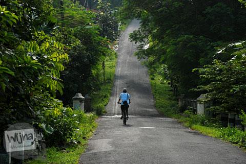 tanjakan terjal menuju curug kembar Prambanan di desa wisata Wukirharjo, Sleman