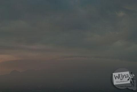 Pak Riyadi dan Senja di Bukit Gayamharjo, Prambanan