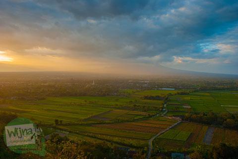 Langit senja Yogyakarta yang mendung di Bukit Gayamharjo, Prambanan