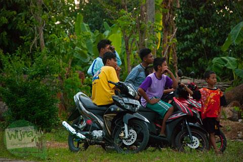 Anak-anak desa Sambirejo menikmati Senja dari Bukit Gayamharjo, Prambanan