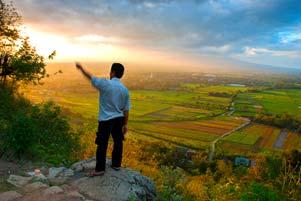 Pak Riyadi dan Senja di Bukit Prambanan