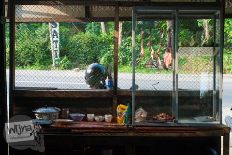 warung makan Kambing Muda Abu Irsyad di Banjarum, Kulon Progo dekat perempatan Dekso dan Jembatan Kali Progo ini harganya murah dan rasanya enak