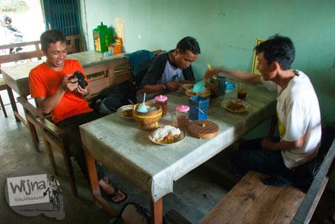 Suasana di dalam warung makan Kambing Muda Abu Irsyad di Banjararum, Kulon Progo sederhana khas pedesaan Jogja