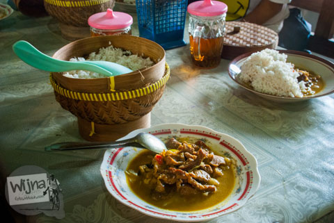 Porsi dan harga sajian Kambing Muda Abu Irsyad di Banjararum, Kulon Progo bebas menambah nasi