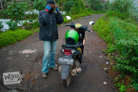 tukang ojek Dieng yang baik hati mengantar tamu dari Dieng Kulon menuju Air Terjun Sikarim di Desa Sembungan