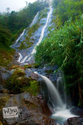 Aliran air dari Air Terjun Sikarim di Dieng, Wonosobo dipotret dengan efek slow speed