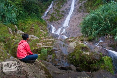 pengunjung menikmati keindahan Air Terjun Sikarim di Dieng yang tersembunyi dan medannya lumayan berat dicapai