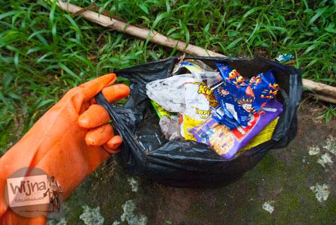Air Terjun Sikarim kotor oleh banyaknya sampah plastik yang dibuang oleh pengunjung