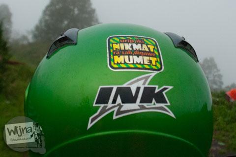 tulisan stiker lucu yang menempel di helem pengendara motor mengajak untuk mensyukuri hidup