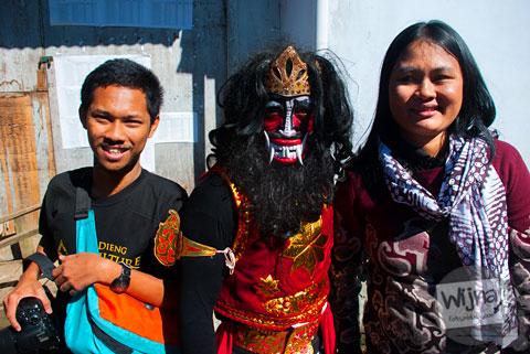 pengunjung berfoto bersama peserta kirab Dieng Culture Festival 2014
