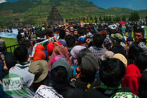 Pengunjung dan wisatawan berdesak-desakan di acara Dieng Culture Festival 2014