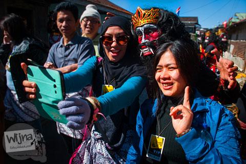 wisatawan asyik selfie saat Dieng Culture Festival 2014