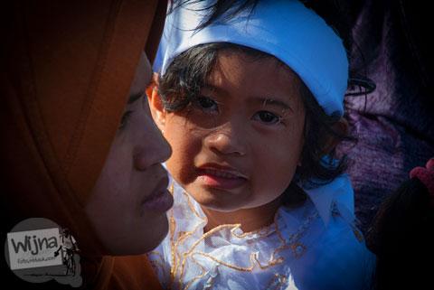 wajah memelas anak bajang yang ketakutan saat Dieng Culture Festival 2014