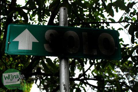papan petunjuk arah ke Jalan Solo di kota Yogyakarta tertutup cat pylox
