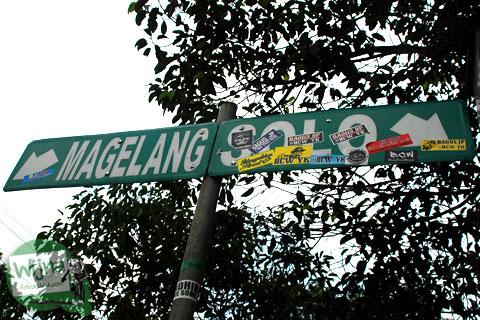 papan petunjuk arah ke Jalan Solo di kota Yogyakarta tertutup stiker suporter bola