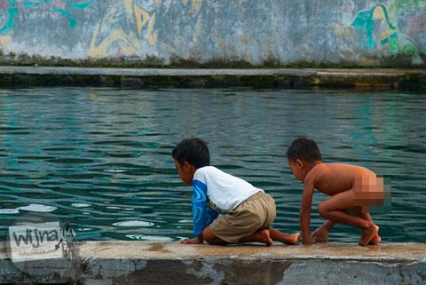 Anak-anak main air telanjang bulat di Umbul Tirtamulyani di Kebonarum, Klaten