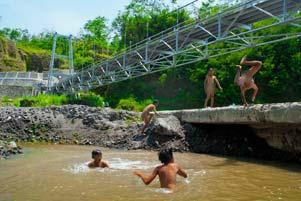 Main Air di Jembatan Gantung Boyong