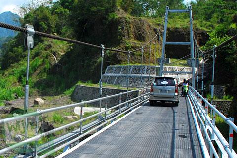 Mobil ngawur melanggar aturan menyebrangi Jembatan Gantung Kali Boyong di Cangkringan, Sleman