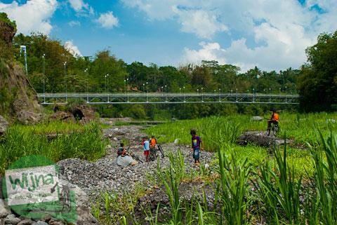 Pemandangan Jembatan Gantung Kali Boyong dari bawah
