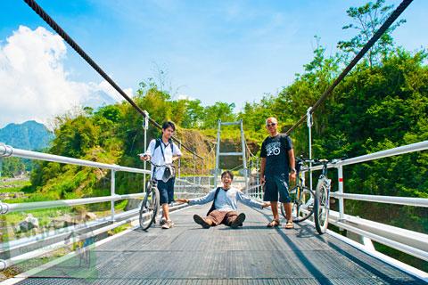 Bersepeda ke jembatan gantung boyong di lereng Gunung Merapi di Cangkringan