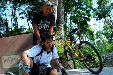 Pesepeda Jogja kelelahan di tanjakan jalan Palagan tentara Pelajar