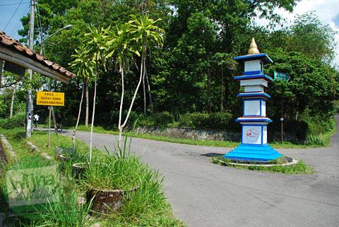 Tugu batas Museum Gunung Merapi dan arah ke Jembatan Gantung Kali Boyong